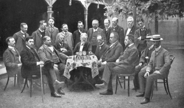 Ajedrecistas alemanes en una foto donde aparece Carl Schlechter, primero por la izquierda de pie, Rudolf Swiderski tercero por la izquierda de pie y Curt Von Bardeleben sentado, empezando por la derecha, el tercero, tras los dos con sombrero.