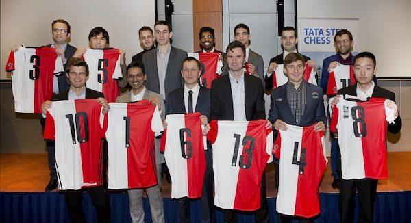 Ajedrecistas muestran la equipación del Feyenoord con motivo de la quinta ronda celebrada en su estadio.