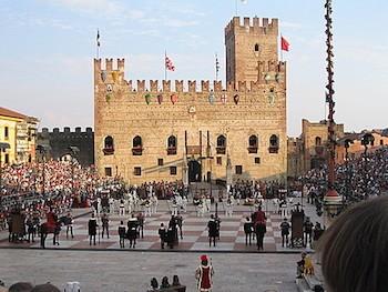 Desde lo alto del castillo, vista del ajedrez viviente de Marostica.