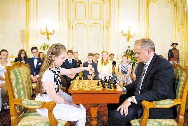 La niña eslovaca inicia la partida ante el presidente, Andrej Kiska