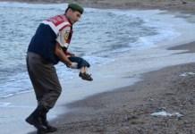 El cuerpo de Aylan es recogido por un policía turco de fronteras
