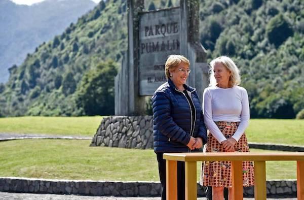 Michellle Bachelet y Kristine McDavitt en la firma de la donación de tierras para parques nacionales.
