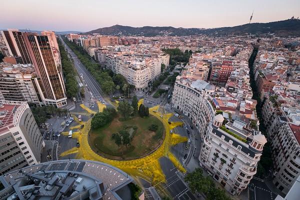 Barcelona amanece con un sol gigante en apoyo a las renovables