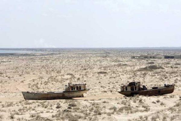 Barcos herrumbrados y abandonados en Muynak, Uzebkistán, una exciudad portuaria cuya población disminuyó de forma drástica con el retroceso del mar de Aral. Crédito: Eskinder Debebe IPS/UN Photo.