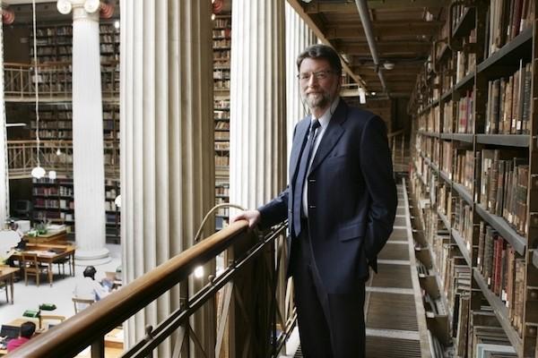 Filipos Tsimpoglou en la sede neoclásica de la Biblioteca Nacional, en Atenas. © Nikos Kokkalias