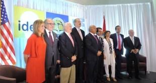 Carme Chacón presenta a los panelistas del Foro