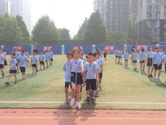 Los niños en las escuelas chinas practican a diario gimnasia y movimientos relacionados con el fútbol.