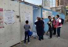 Electores revisan el listado de votantes en una mesa electoral de Ciudad de México, el domingo 1 de julio. Seis de cada 10 electores mexicanos acudieron a votar, en unos históricos comicios en que por primera vez la izquierda conquistó la presidencia mexicana, con Andrés López Manuel Obrador. Crédito: Emilio Godoy/IPS