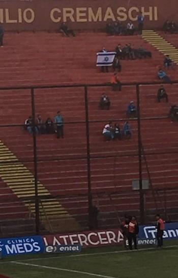 Aficionado 'cruzado' enseña la bandera de Israel antes del inicio del partido.