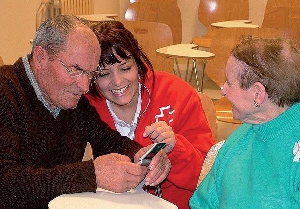 Cruz Roja ha formado a inmigrantes latinoamericanos como auxiliares de ayuda a personas mayores.