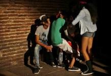 """Un grupo de jóvenes reunidos en el patio del Proyecto Cultural """"Mejunge"""", uno de los espacios frecuentados por turistas foráneos, en la ciudad de Santa Clara, en Cuba. Crédito: Jorge Luis Baños/IPS"""