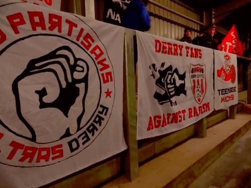 Grada con pancartas de los seguidores del Derry City.