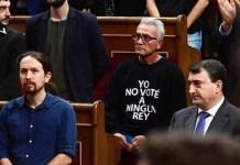 Diego Cañamero, diputado del grupo Unidos-Podemos, con la camiseta que rechaza la monarquía como forma de gobierno.