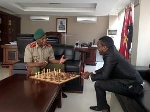 Erickson Soares, Tubarao, (derecha) ante un tablero en una oficina ministerial.
