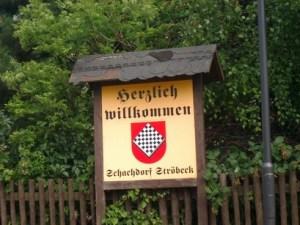 Escudo de Schachdorf Ströbeck, en la entrada de la localidadEscudo de Schachdorf Ströbeck, en la entrada de la localidad