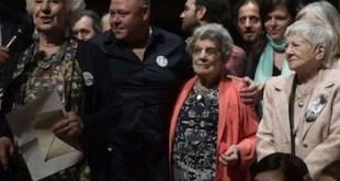 Estela de Carlotto, rodeada de miembros de Abuelas de Plaza de Mayo, anuncia la identificación de la nieta 125