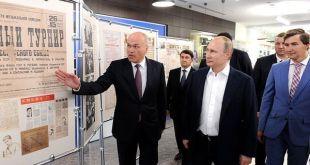 El presidente de la Federación Rusa de Ajedrez, Andrei Filatov, le muestra un panel al presidente, Vladimir Putin, y a Sergei Karjakin en Sochi en mayo de 2016.
