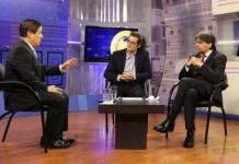 Los catedráticos Francisco Sierra, de Ciespal (d), y Fernando Casado, del IAEN (c), analizaron la situación política de España en el programa Ecuador No Para, conducido por Marco Antonio Bravo (i). / Foto: Carlos Rodríguez-Andes