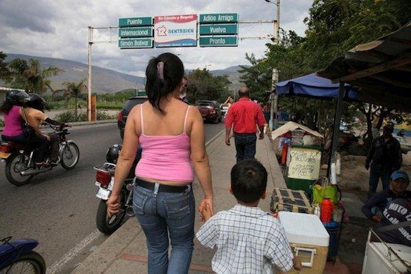 Una madre y un niño cruzan el puente que une Cúcuta, Colombia con Venezuela, en junio de 2010. El número de venezolanos que buscan asilo en otros países, incluyendo Colombia, está en alza. © ACNUR / Boris Heger