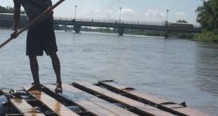 El cruce fronterizo del río Suchuiate entre México y Guatemala. Quienes tienen visa pasan de Guatemala a México por el puente y quienes carecen de ella deben atravesar el río en una balsa improvisada. Foto: Madeleine Penman/ Amnistía Internacional