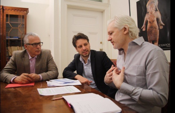 Baltasar Garzón con Guillaume Long y Julian Assange en la Embajada de Ecuador en Londres, el 19 de junio de 2016