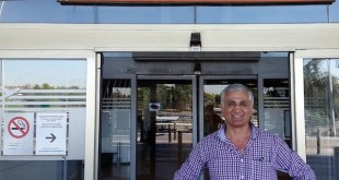 Yalçin posaba a las cinco de la tarde de este jueves en el aeropuerto Adolfo Suarez de Madrid momentos antes de abordar su vuelo, con una enorme sonrisa de felicidad