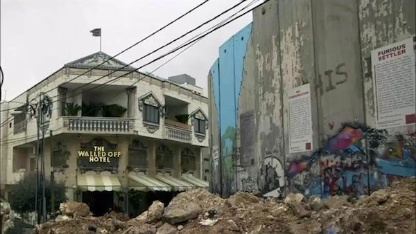 Vista del muro entre Israel y Palestina desde el hotel Walled-Off, de Bansky