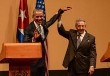 El presidente de Cuba, Raúl Castro, levanta el brazo de su homólogo de Estados Unidos, Barack Obama, al final de su encuentro con la prensa en el Palacio de la Revolución, en La Habana. Crédito: ACN FOTO: Marcelino VÁZQUEZ HERNÁNDEZ /ogm