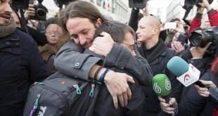 Pablo Iglesias y Monedero se abrazan ante el Congreso de los Diputados