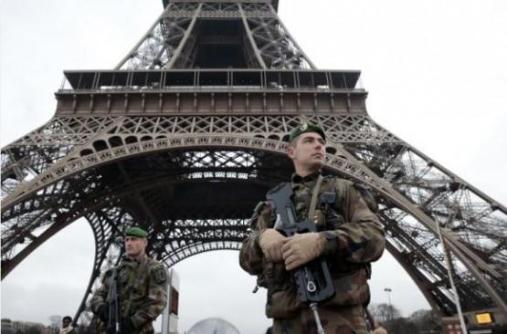 militares patrullan las calles de París