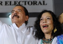 Daniel Ortega celebra con Rosario Murillo la victoria electoral en 2015