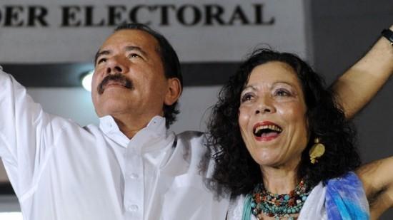 Daniel Ortega (presidente) celebra con su mujer Rosario Murillo (vicepresidenta) la victoria electoral en 2015.