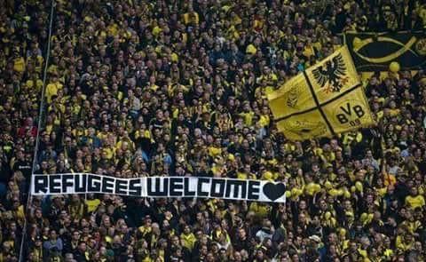 La sudtribune del Borussia Dortmund despliega el 'Welcome refugees'.