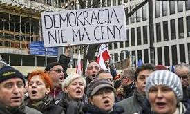 """""""La democracia no se vende"""". Manifestación en Varsovia a mediados de diciembre de 2015."""