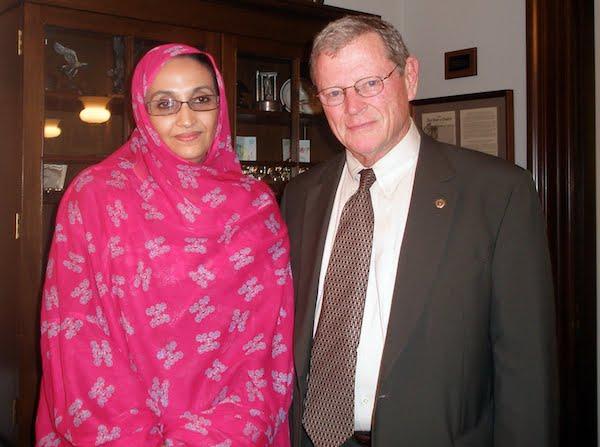 El senador republicano estadounidense James Inhofe junto a la activista saharaui Aminetu Haidar.