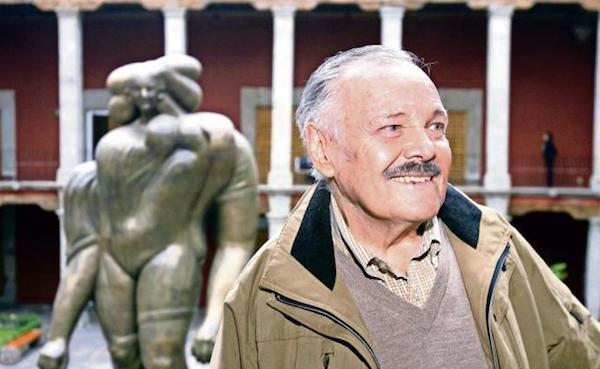 José Luis Cuevas en el museo delante de La giganta