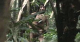 Los últimos kawahivas están siendo forzados a vivir huyendo de madereros armados y poderosos terratenientes. Imagen extraída del insólito vídeo grabado durante un encuentro casual con agentes gubernamentales. © FUNAI