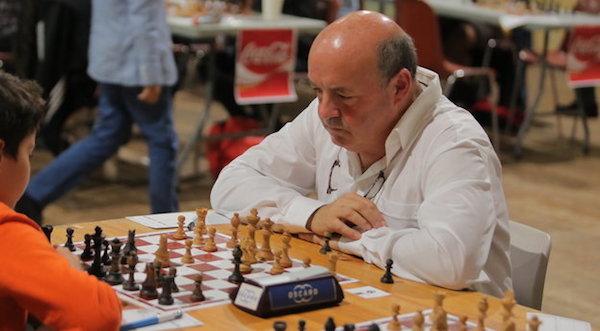En la actualidad, Battesti jugando una partida de ajedrez