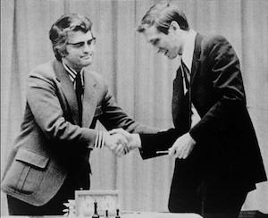 Lothard Schmid felicita a Bobby Fischer tras ganar el campeonato del mundo de ajedrez de 1972.