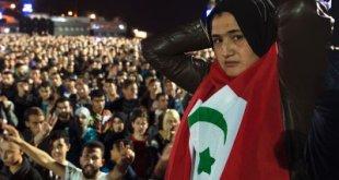 Una manifestante en Alhucemas se cubre con la bandera de la República del Rif.