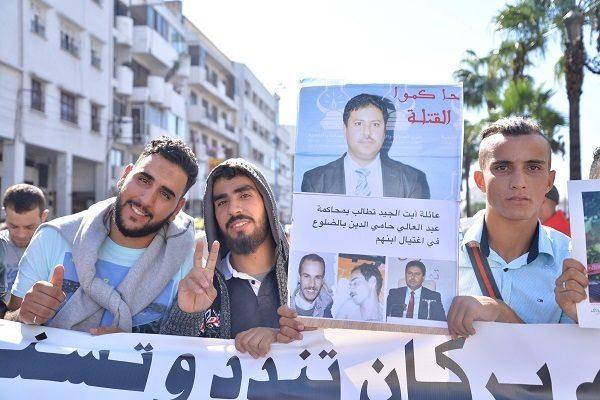Jóvenes manifestantes con un cartel que recuerdan a Hamieddine el caso del joven asesinado –ambos aparecen en las fotos expuestas