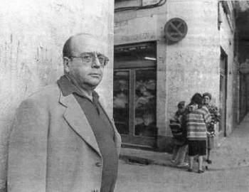 Manuel Vázquez Montalbán en uno de los barrios de Barcelona en los que ambientaba sus novelas.