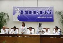 Iván Márquez (segundo por la izquierda), jefe del equipo negociador de las FARC, y Humberto de la Calle (segundo por la derecha), jefe de la delegación negociadora del gobierno, firman el Acuerdo Final para la terminación del conflicto y la construcción de la paz estable y duradera Colombia, en una ceremonia en La Habana, la noche del 24 de agosto. Crédito: Jorge Luis Baños/IPS