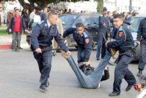 Marruecos, policías practican una detención en la calle