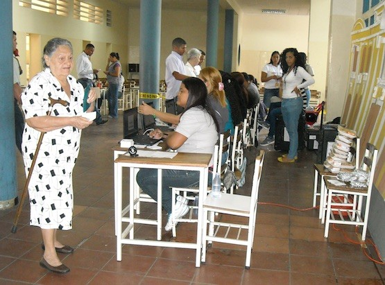 Mesa electoral de Caracas, cuya composición era mayoritariamente femenina, durante las últimas elecciones presidenciales de Venezuela, el 14 de abril de 2013. Crédito: Raúl Límaco/IPS