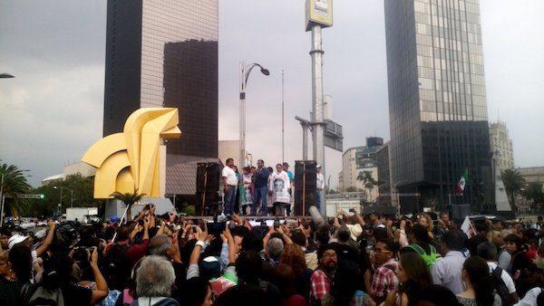 Asistentes al tercer aniversario de la desaparición de los normalistas realizado en la Ciudad de México.