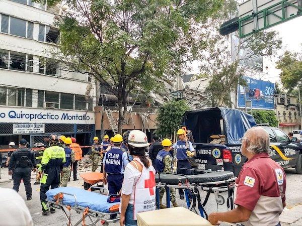 19 de septiembre de 2017, voluntarios y personal de los servicios sanitarios trabajan entro los escombros para rescatar víctimas