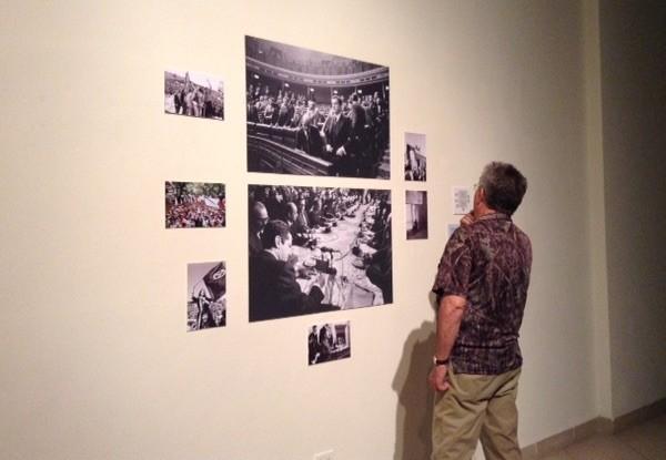 """Inauguración de la exposición dedicada a Manuel López """"El tiempo detenido. España 1975-2006"""". Paneles sobre Adolfo Suárez"""