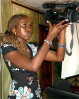 Fotografía de una reportera gráfica en Nairobi (Kenia), 2008. © Paco Audije