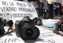 """Pancarta con el lema """"no se mata la verdad matando periodistas"""""""